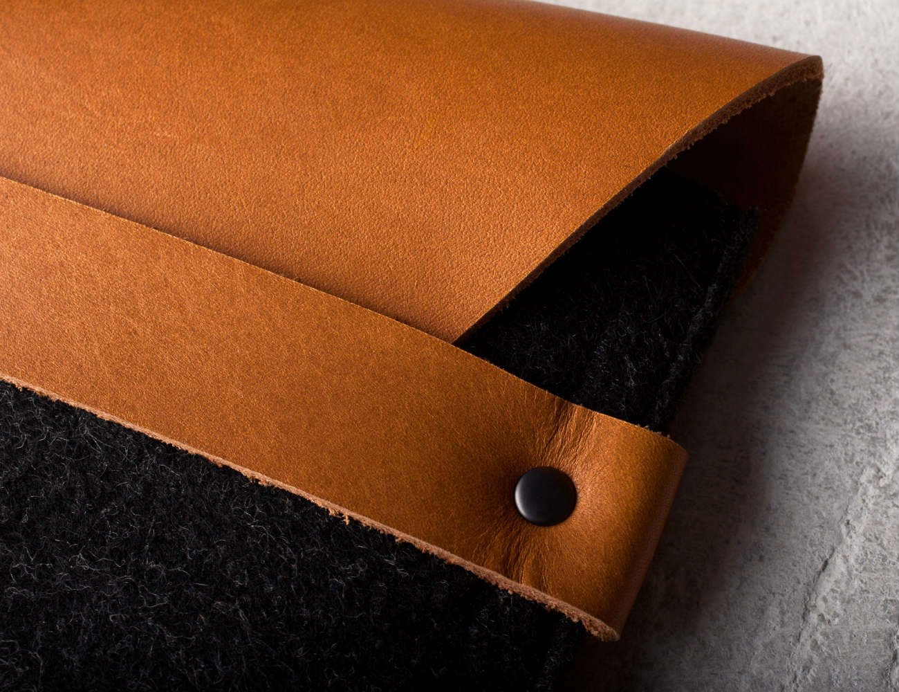 ipad-mini-sleeve-brown-by-mujjo-04