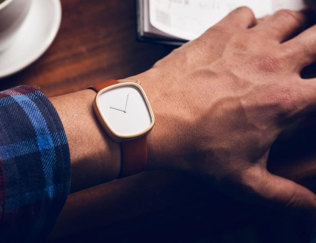 Pebble 05 Gold Watch