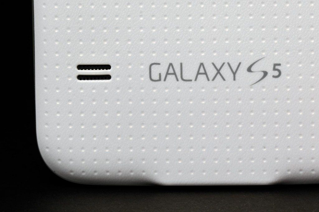 Samsung-Galaxy-S5-review-rear-speakers-macro