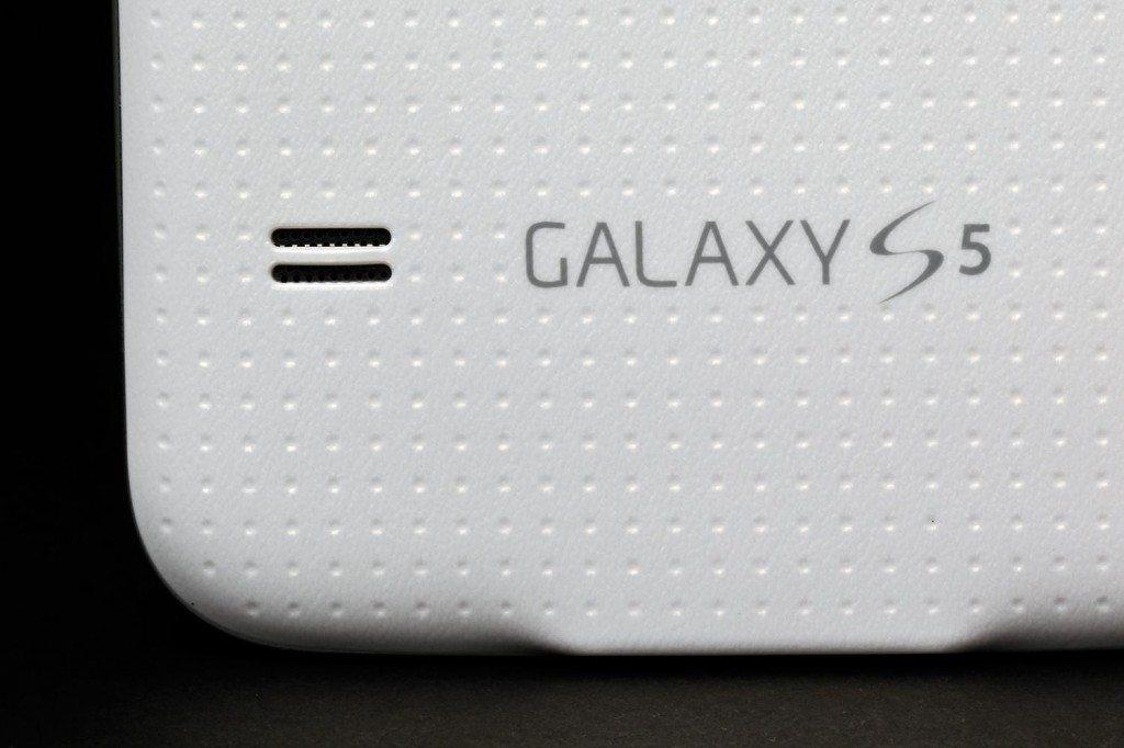 Samsung-Galaxy-S5-review-rear-speakers-macro