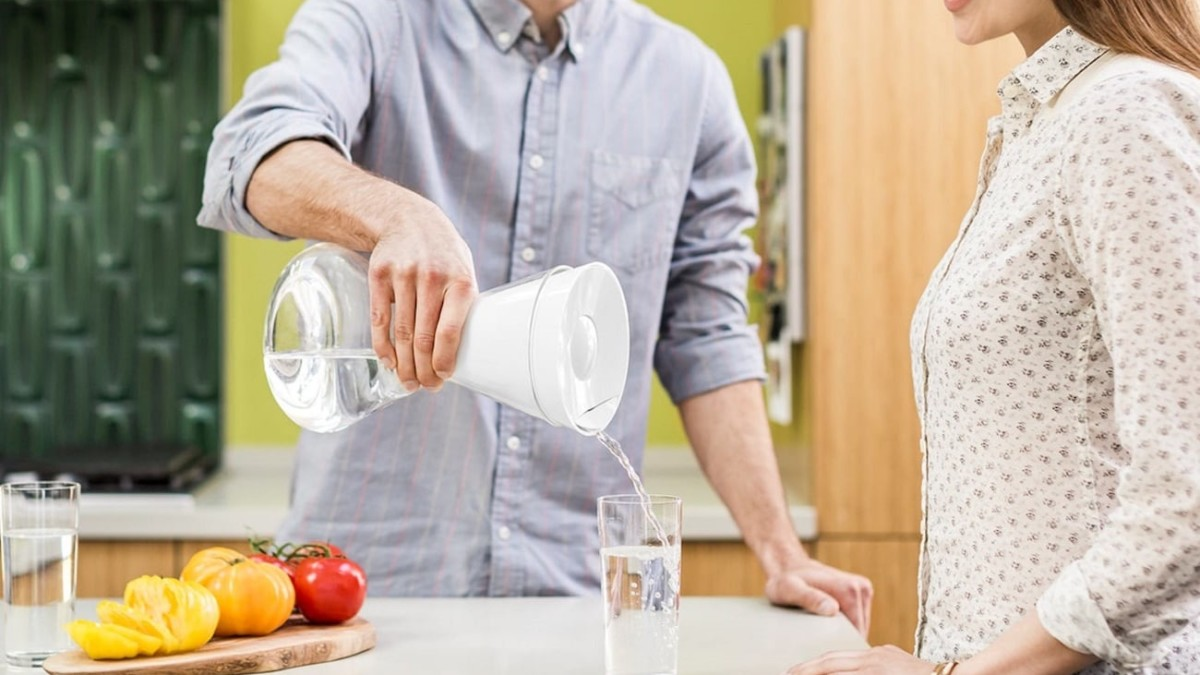 Soma Glass Carafe Hourglass Water Filter cleans out chlorine, mercury, copper, and zinc