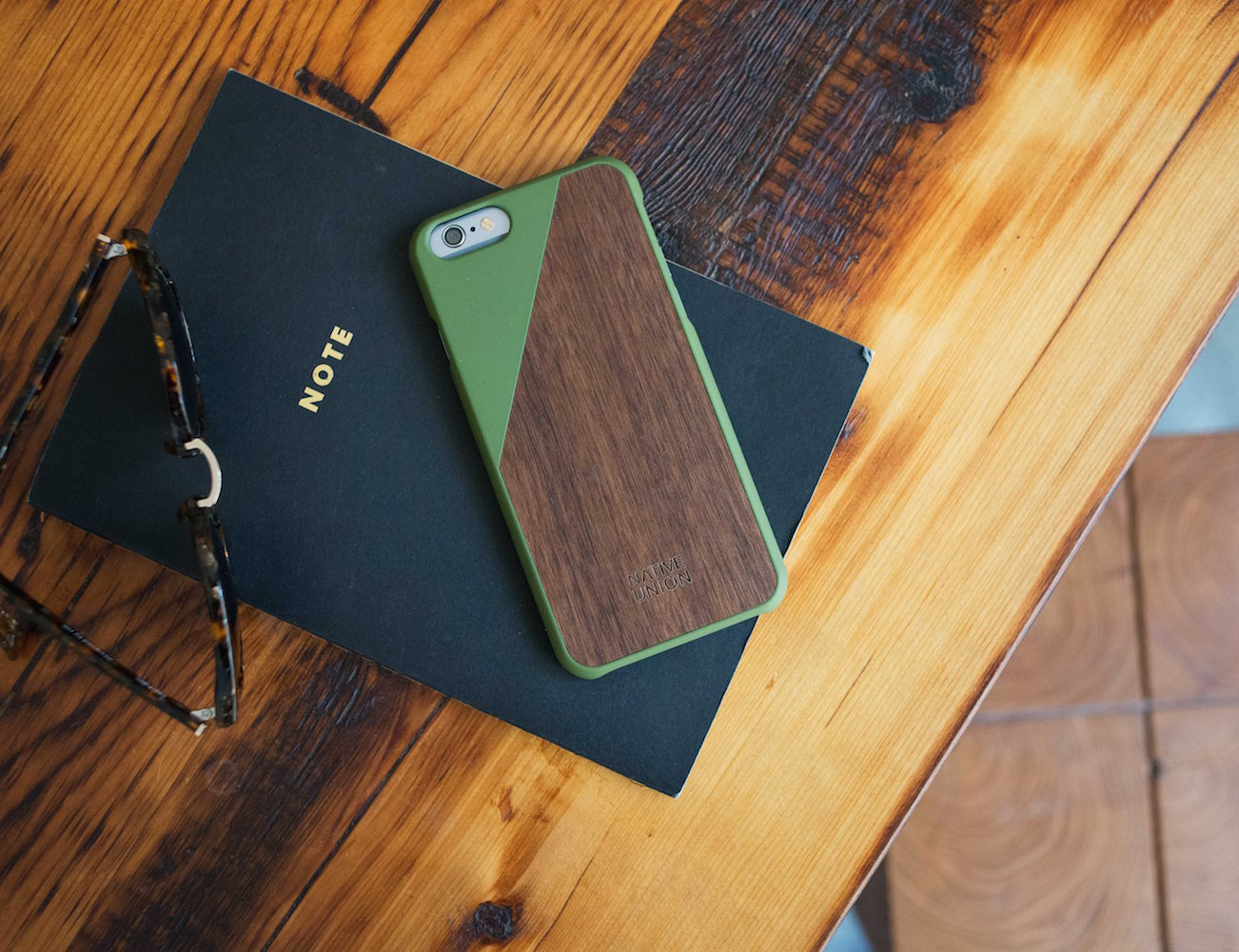 By combining natural materials with beautiful colors, the CLIC Wooden iPhone 6 & iPhone 6 Plus Case will be a perfect accessory you can give your iPhone 6.