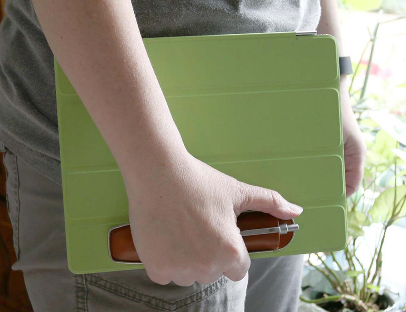 Remora – A Stylus & Pen Case that Uses Magnetism to Securely Attach to Apple iPad Smart Covers