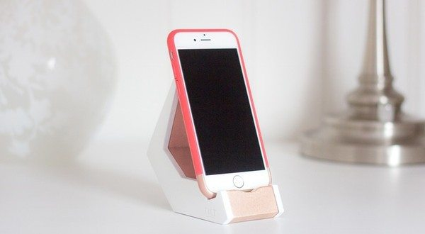 """TILT Stand Has a """"Rocking Chair"""" Like Design for Your Smartphones"""