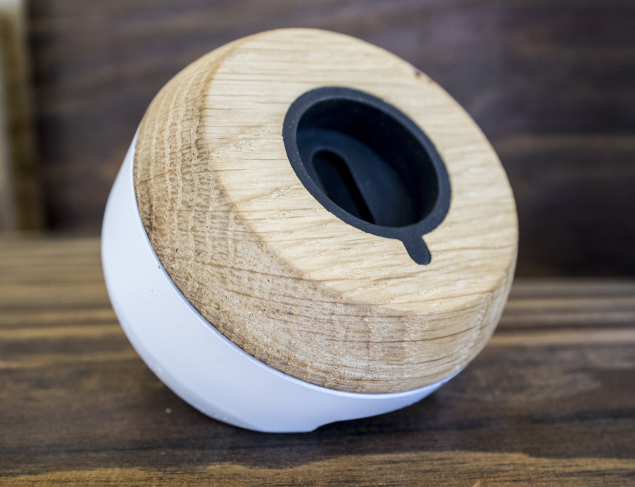 chestnut-smartwatch-dock-from-enveo-03