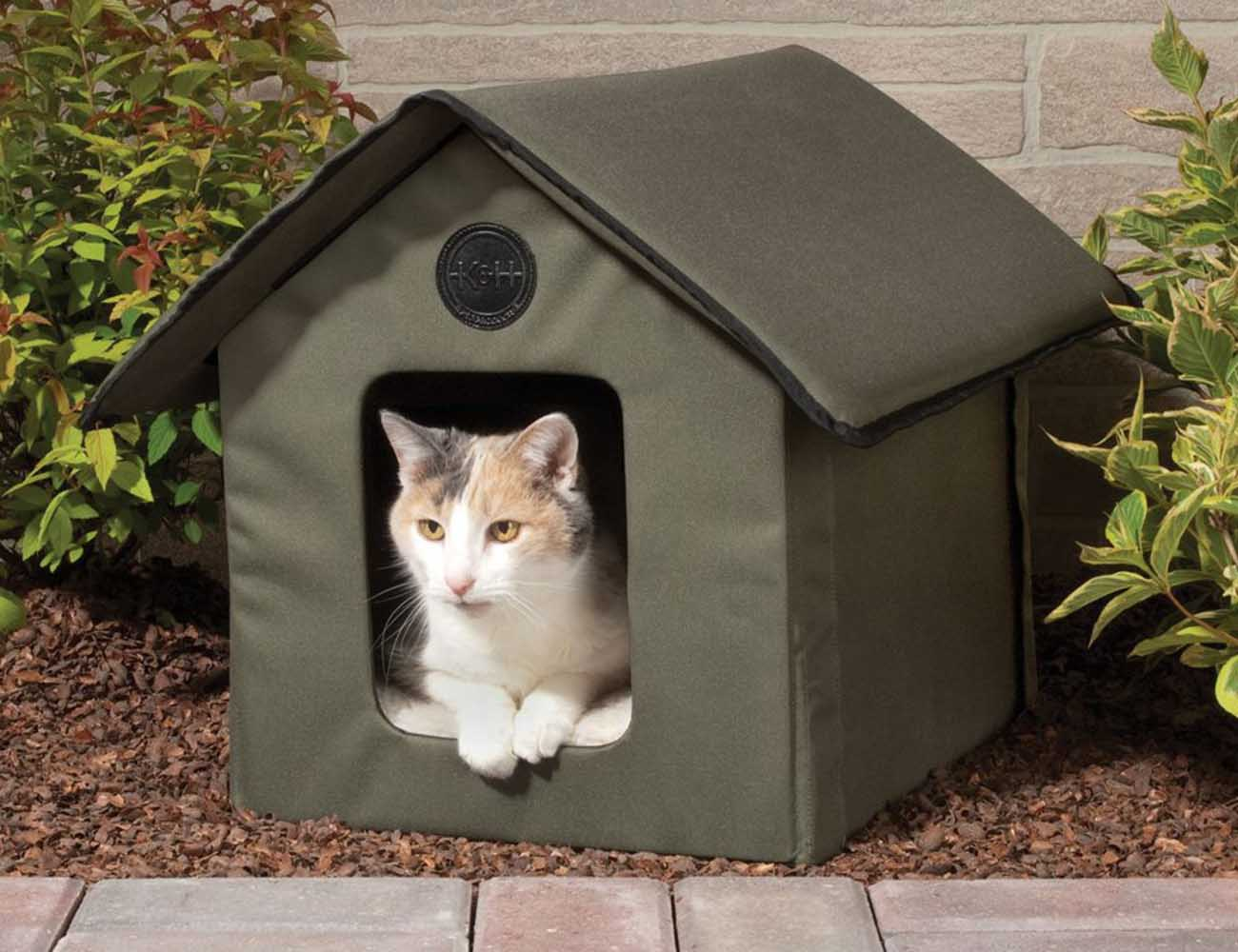 Outdoor Kitty House – Heated and Water-Resistant Version by K&H Manufacturing