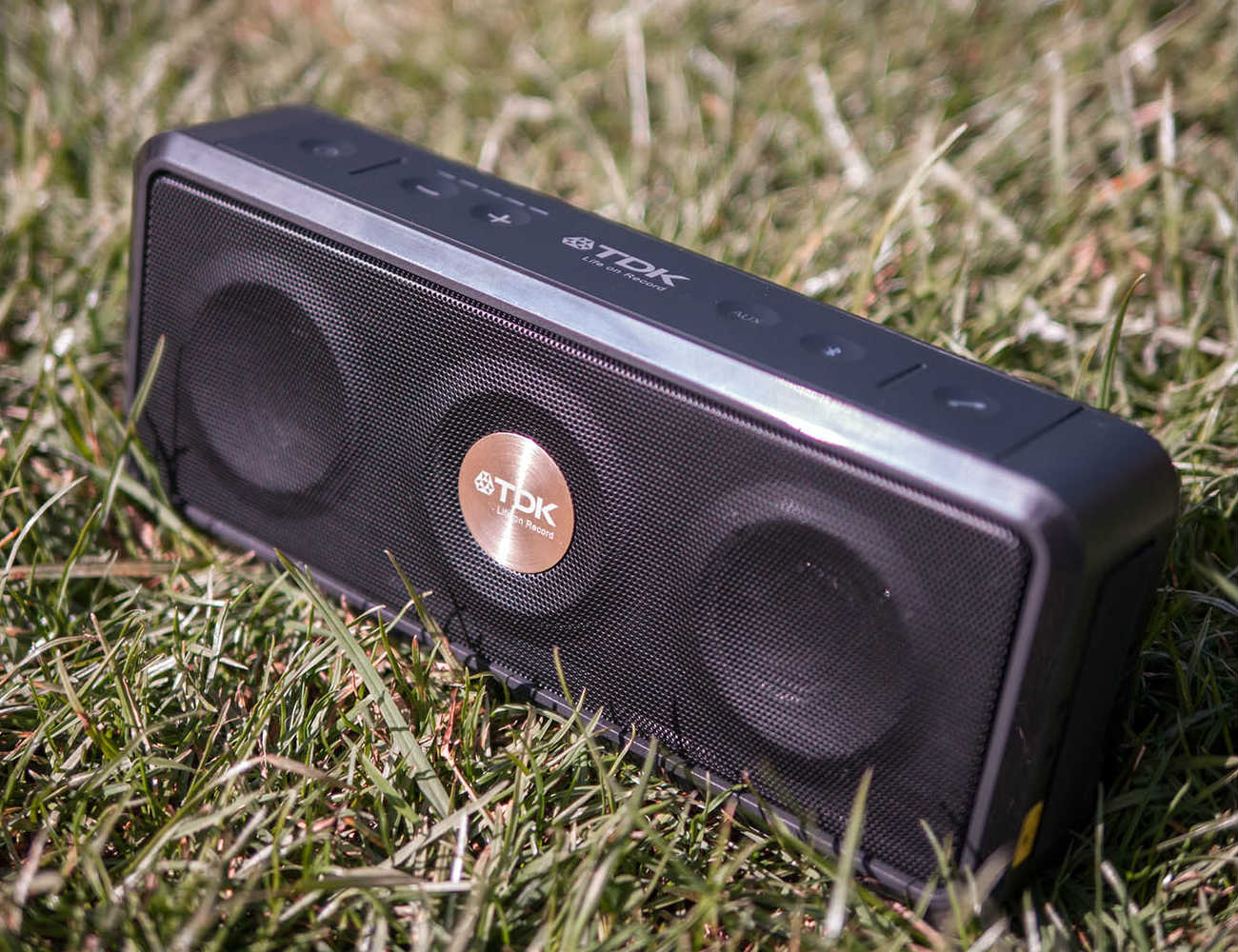 a33-wireless-weatherproof-speaker-04
