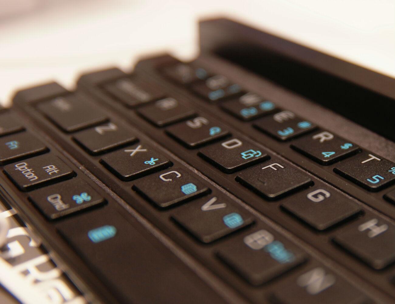 lg-rolly-bluetooth-keyboard-02