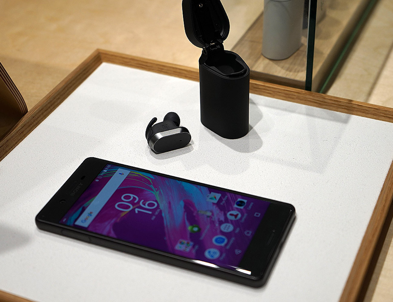 sony xperia ear intelligent bluetooth headset review the gadget flow. Black Bedroom Furniture Sets. Home Design Ideas