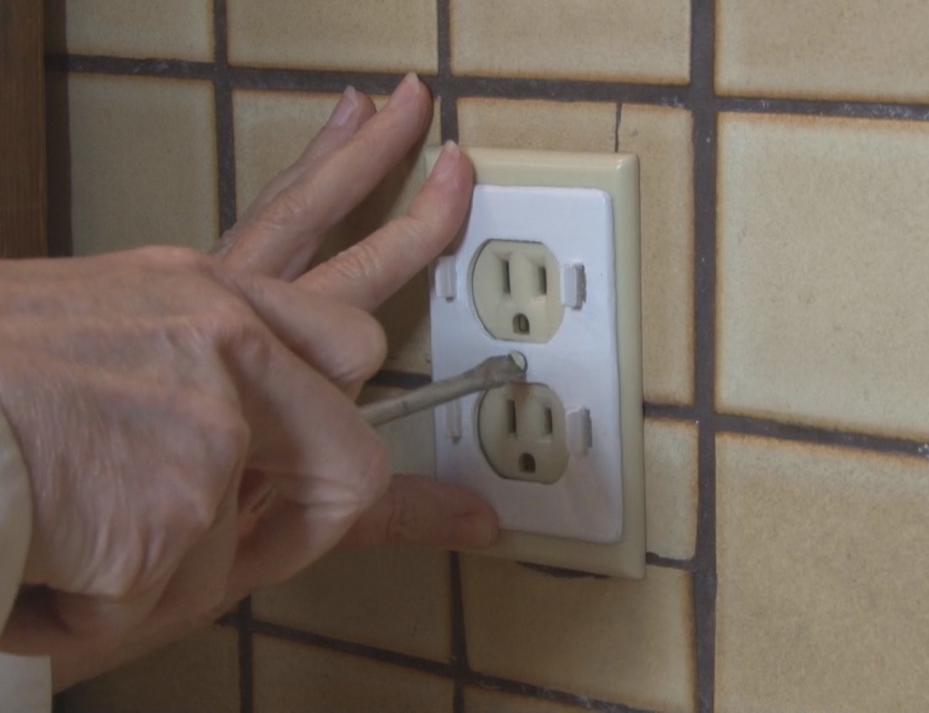 Plug Perfect – Baby Proof Your Electrical Outlets, Perfectly