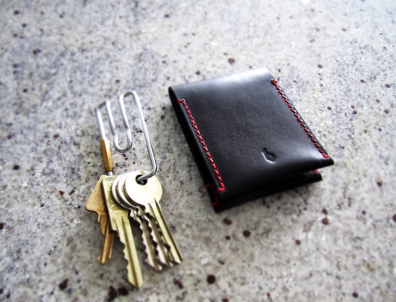 PAALM Minimalist Wallet – Available in Caramel and Dark Berry color