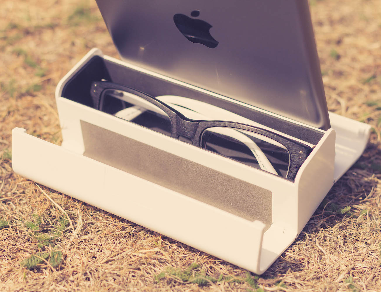 BOB – A Home For Your Glasses And Devices