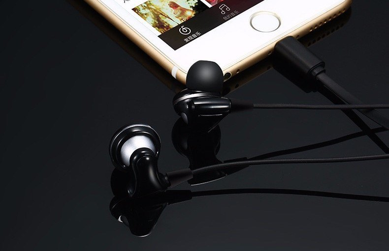 Earphones With the iPhone 7 Lightning Jack