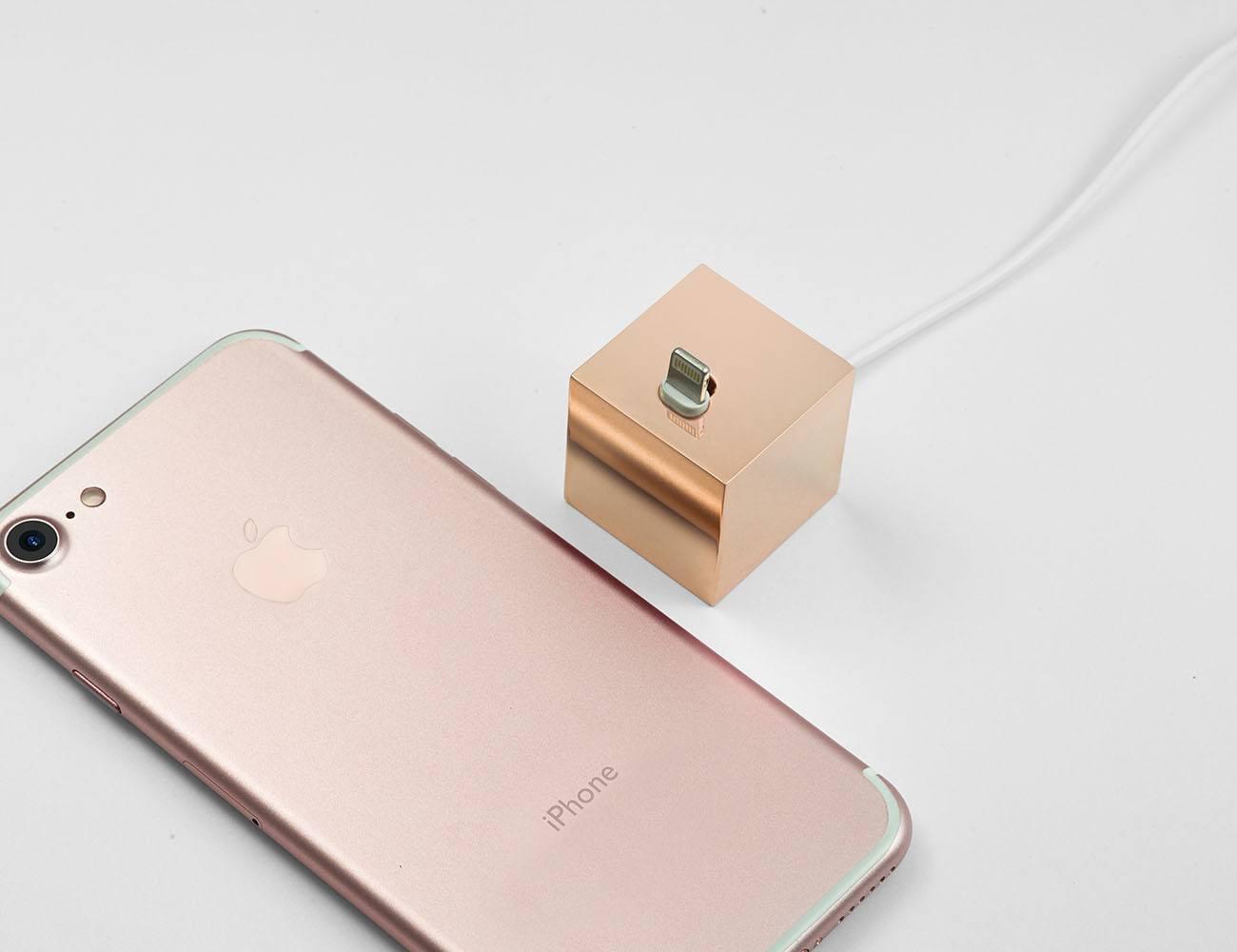 Q Minimalist iPhone Dock