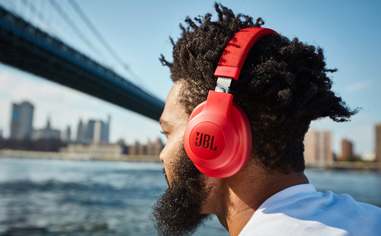 jbl e55bt wireless over ear headphones review the gadget flow. Black Bedroom Furniture Sets. Home Design Ideas
