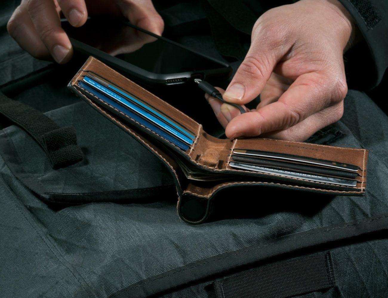 Nomad+Bi-Fold+Leather+Charging+Wallet