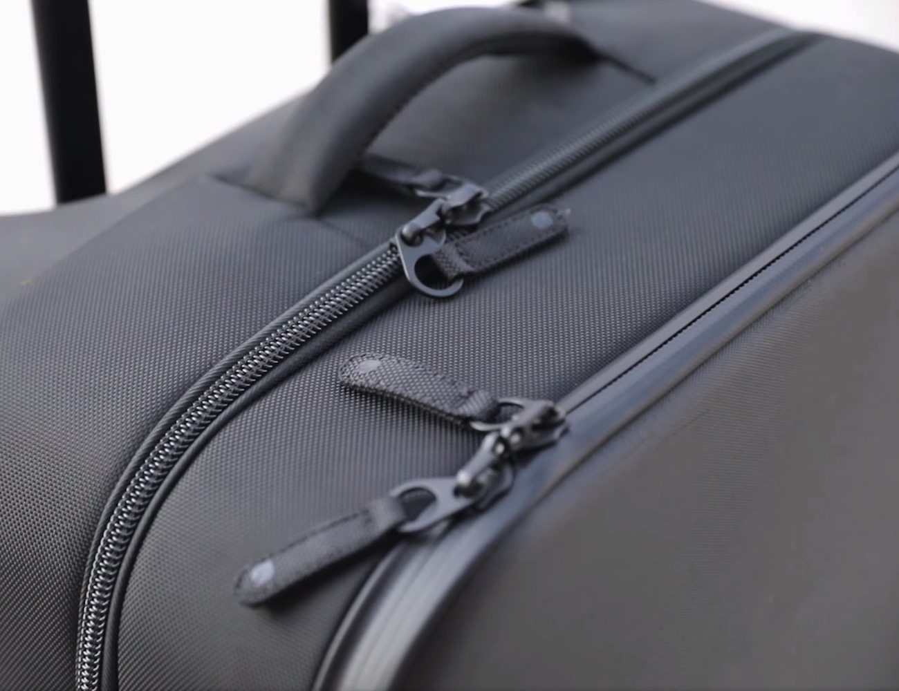 NoviConnected Smart Luggage Travel Roller by INCASE