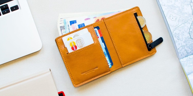 VoyagePrague Slim Minimalist Leather Wallet - 9 beautiful leather goods for every occasion