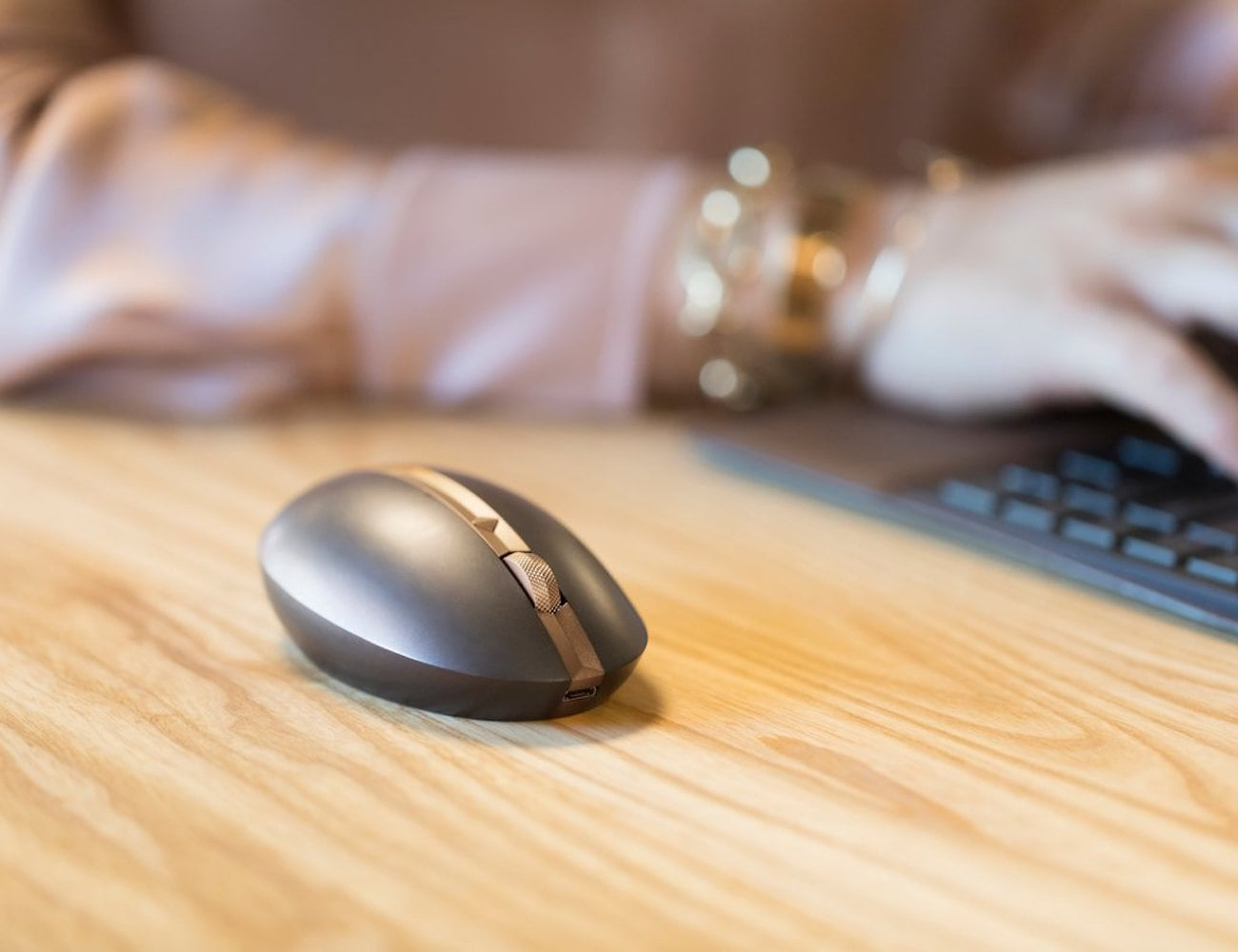 HP Spectre 700 Wireless Rechargeable Mouse improves productivity