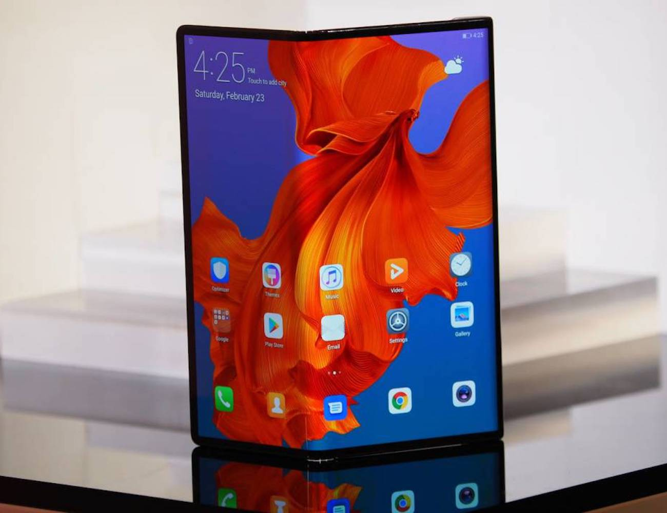 Huawei Mate X Foldable 5G Smartphone turns into a tablet