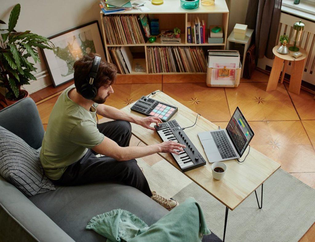 KOMPLETE+KONTROL+M32+Micro+Keyboard+Controller+lets+you+make+music+anywhere