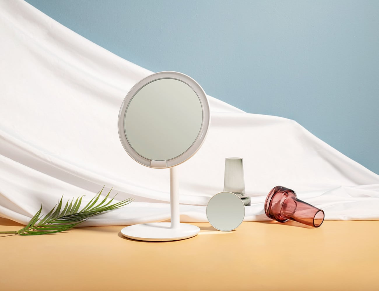 Amiro HD Daylight Makeup Mirror helps you apply makeup flawlessly