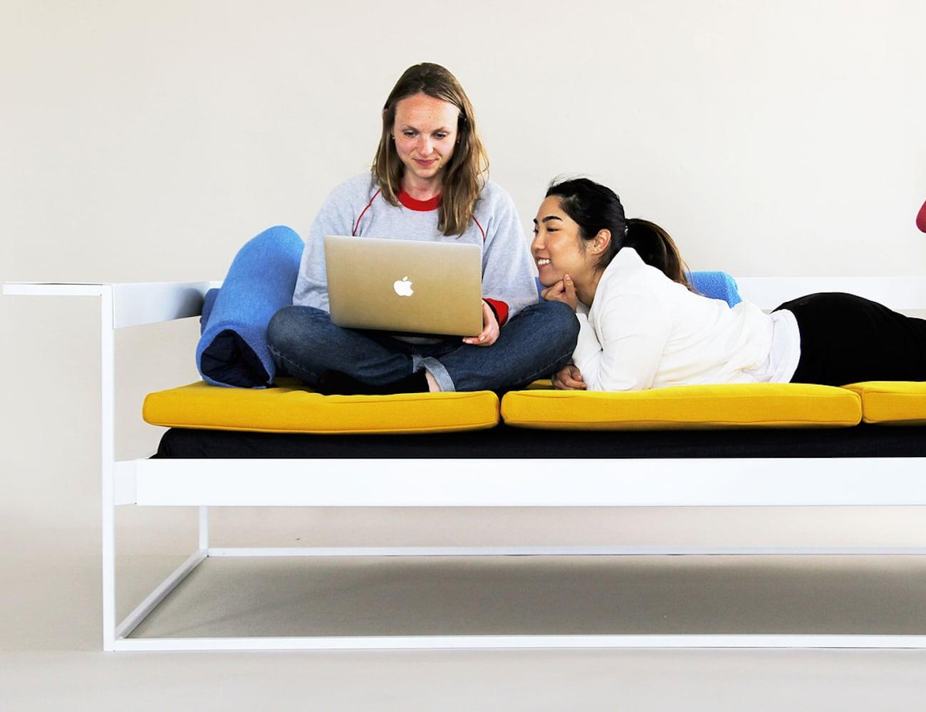 На диване молодежь
