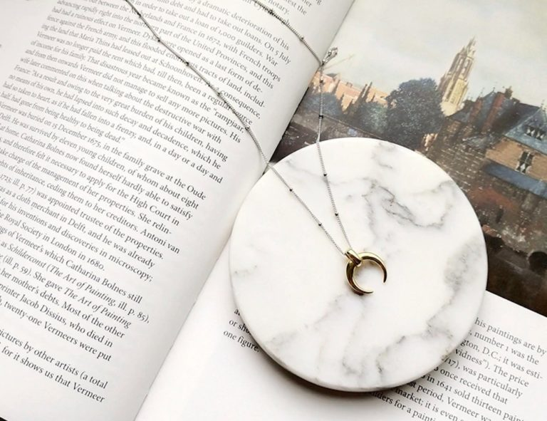 Silver+Crescent+Moon+Pendant+Necklace+sports+a+dual+color+design