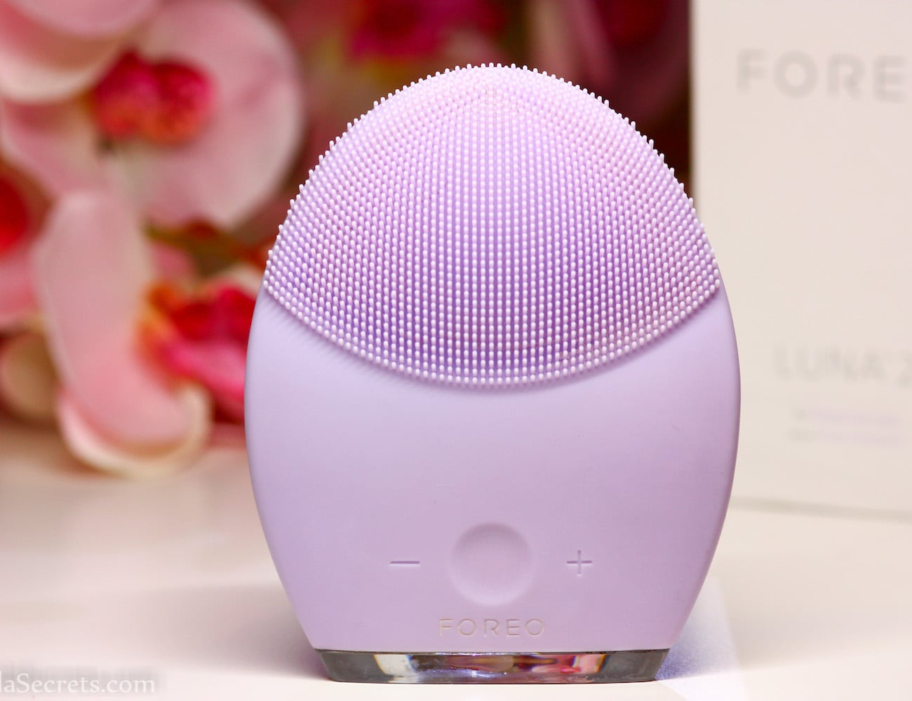 Foreo LUNA 2 Facial Spa Massager helps reduce the presence of wrinkles loading=