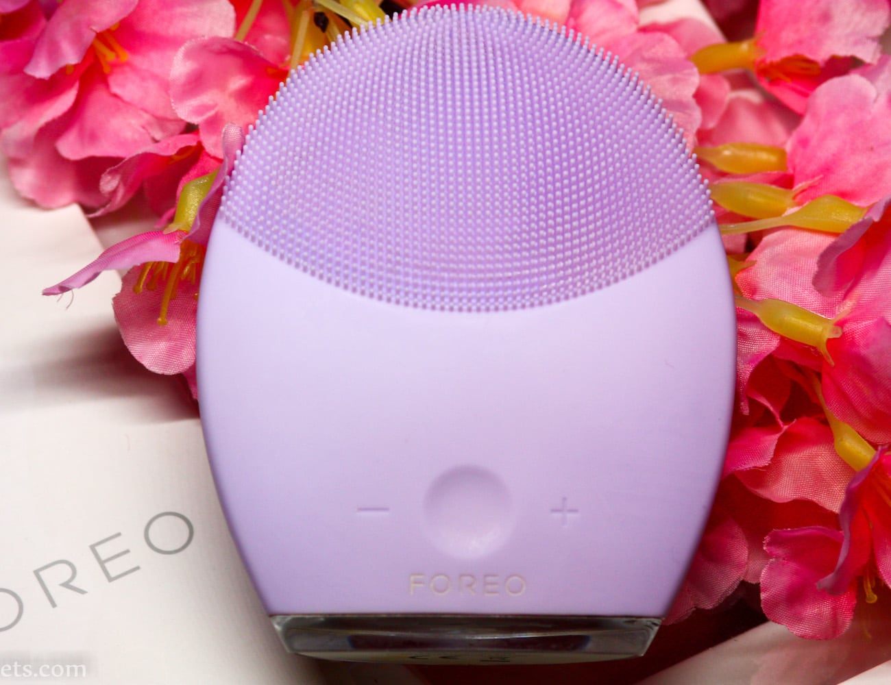 Foreo LUNA 2 Facial Spa Massager helps reduce the presence of wrinkles
