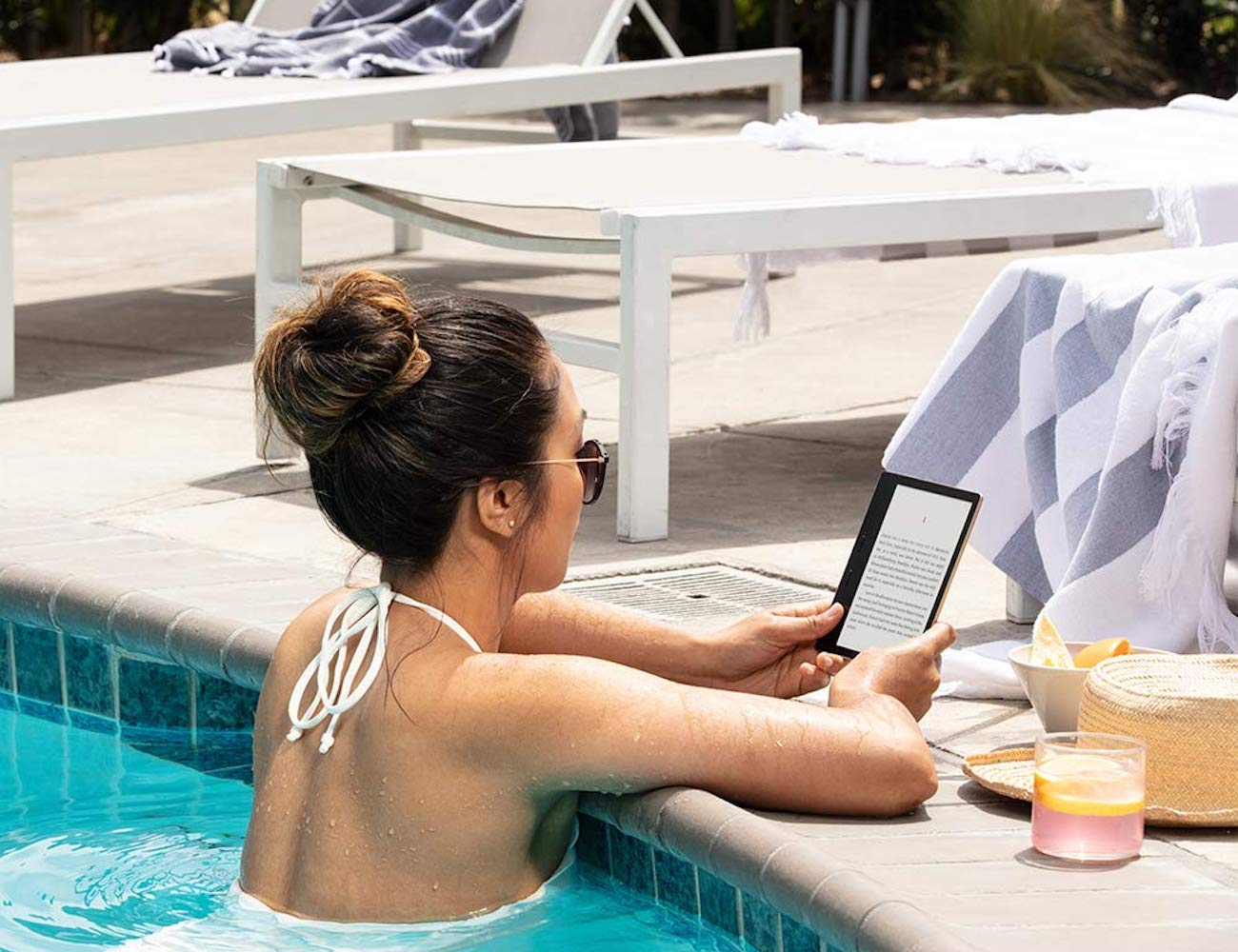 Kindle Oasis Warm Light E-reader has a white or amber display