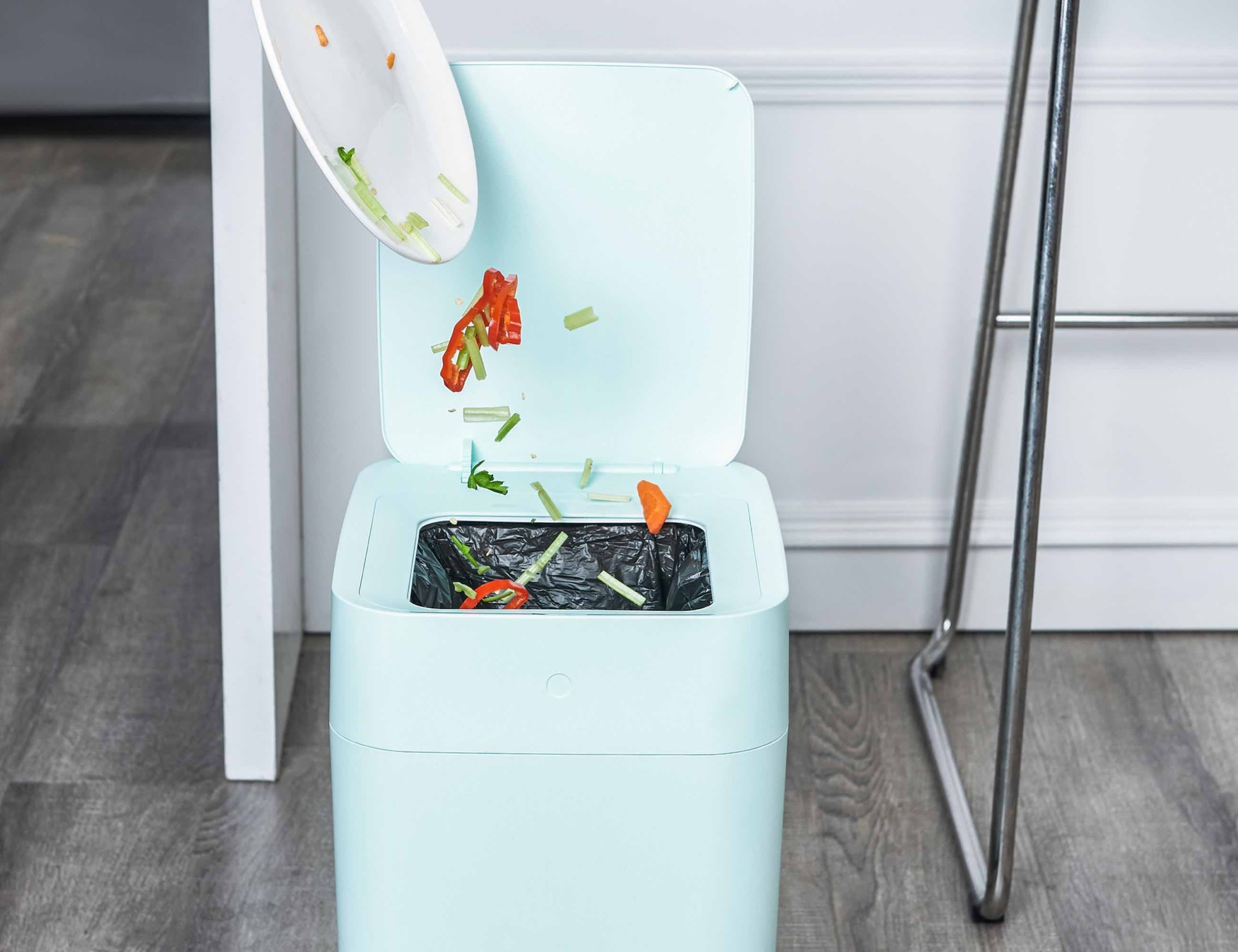 townew Self-Changing Trash Can seals garbage bags so you don't have to deal with odors or leaks