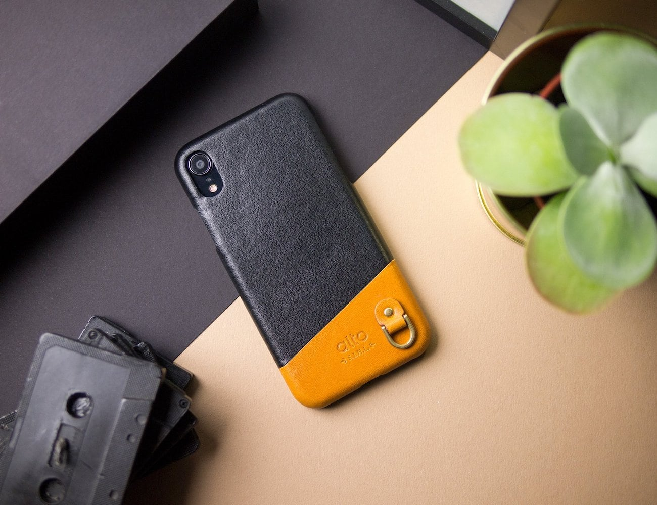 Alto iPhone XR Anello Two-Tone Leather Case has a built-in D-ring for easy carry