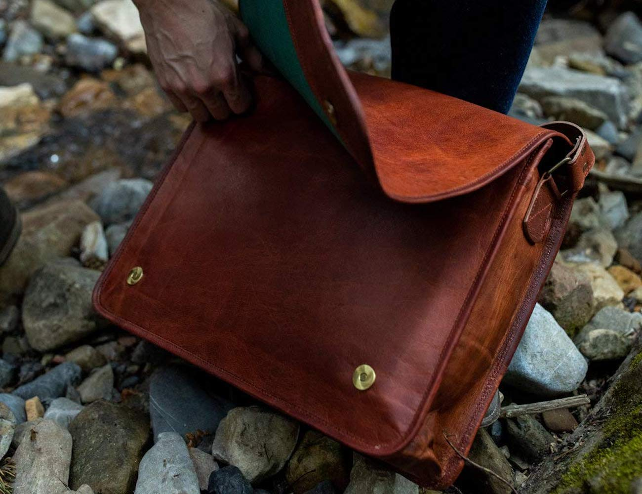 Kodiak Leather Messenger 3-Compartment Shoulder Bag is spacious enough for all your belongings