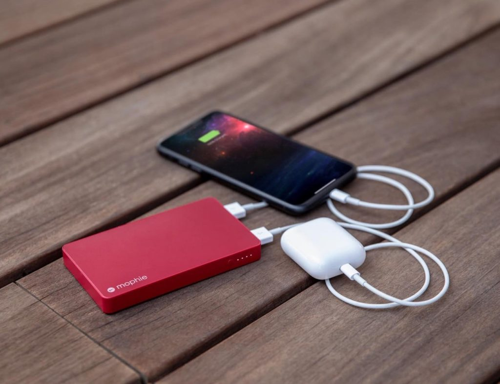 mophie+powerstation+with+Lightning+connector+5%2C050+mAh+Power+Bank+charges+two+devices+simultaneously