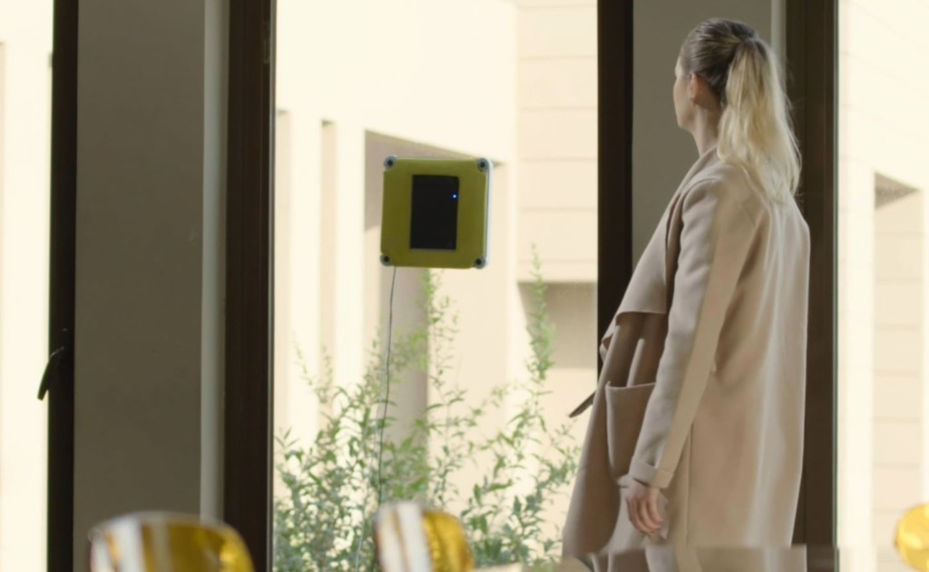 Limodo+Window+Wizard+Smart+Window+Cleaning+Robot+scrubs+your+windows+on+its+own