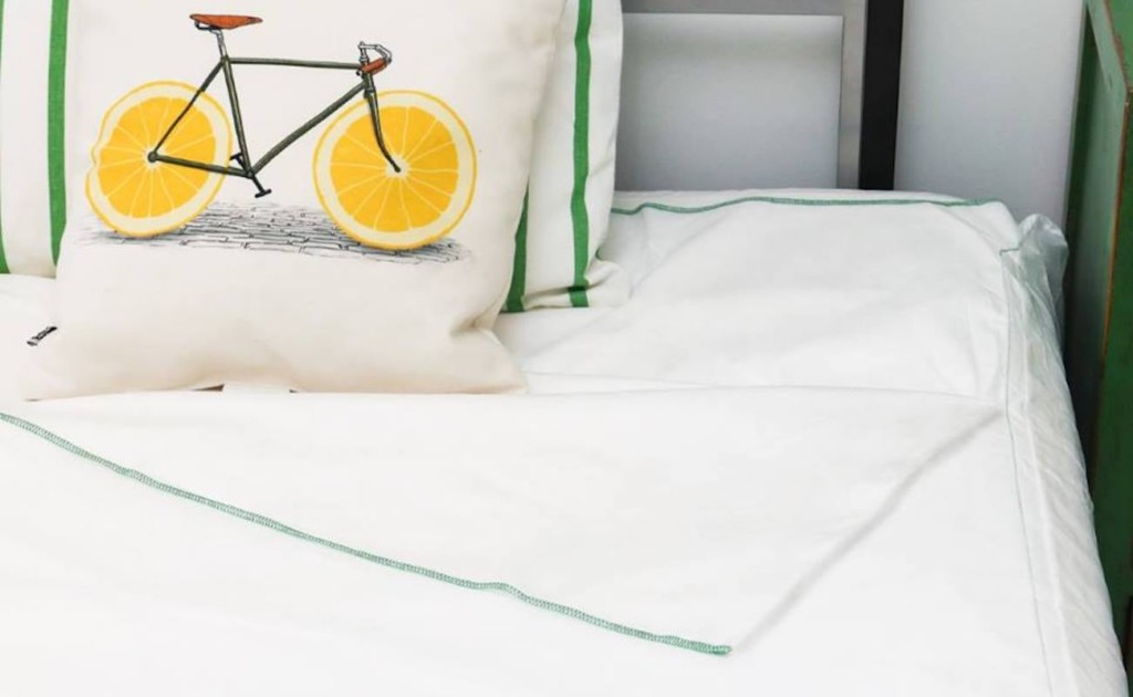 Peelaways+Disposable+Fitted+Sheets+provide+clean+bedding+in+seconds