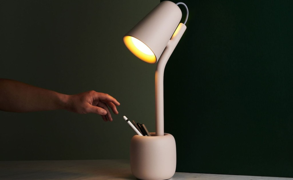 Suyo+Table+Light+Utilitarian+Lamp+helps+reduce+clutter+on+your+desk