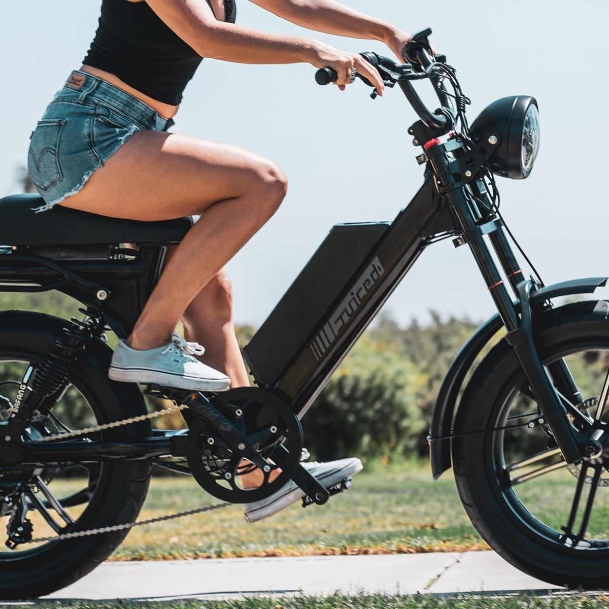 Juiced Scorpion Long Distance E-Bike is a combination of an electric bicycle and moped