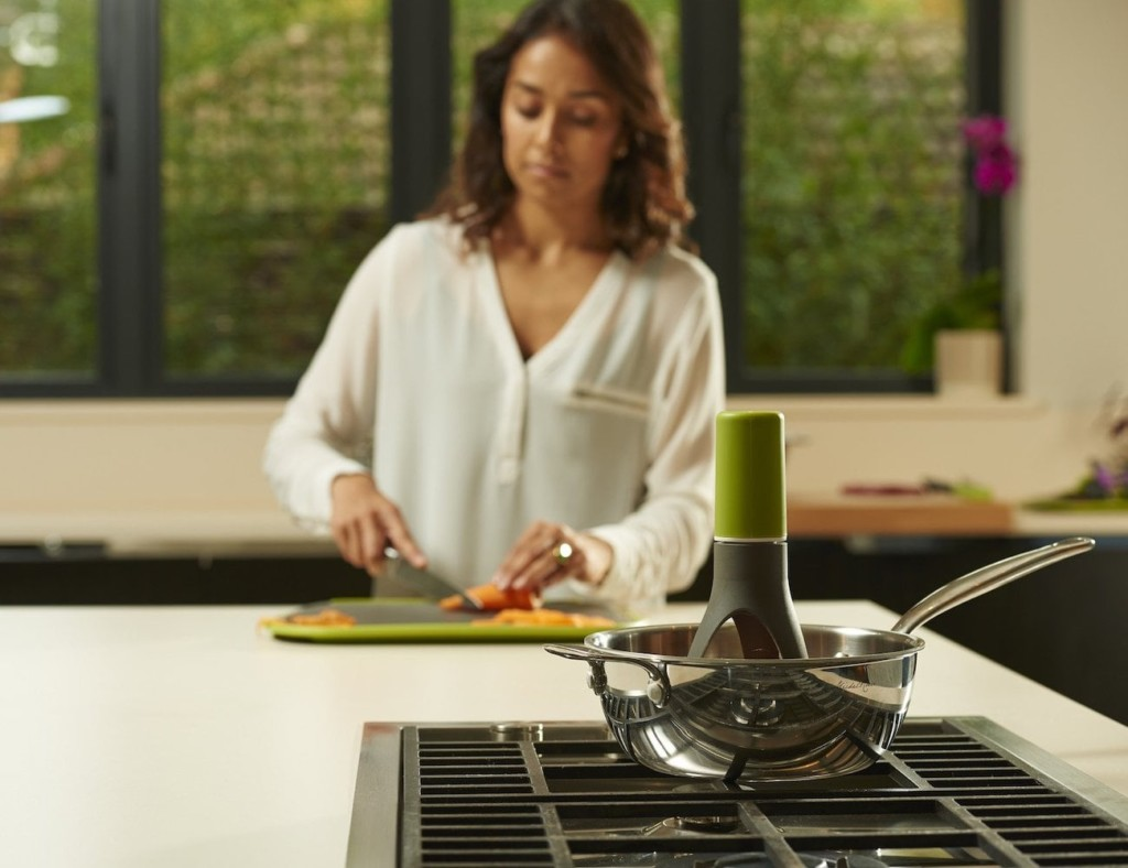 11 Smart kitchen gadgets that will help you cook faster - Uutensil Stirr 02