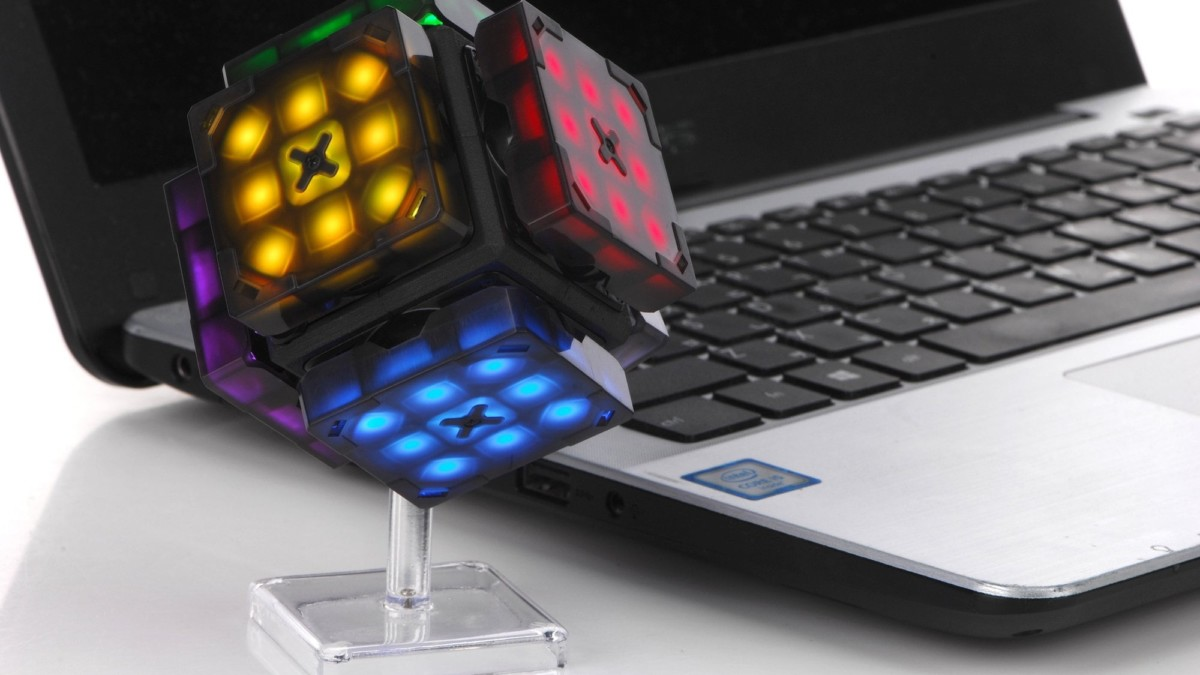 eX-Mars Intelligent Robot Cube scrambles and times itself while teaching beginners how to win