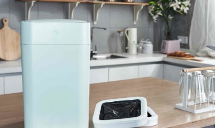 Smart trash can replaces its own bag