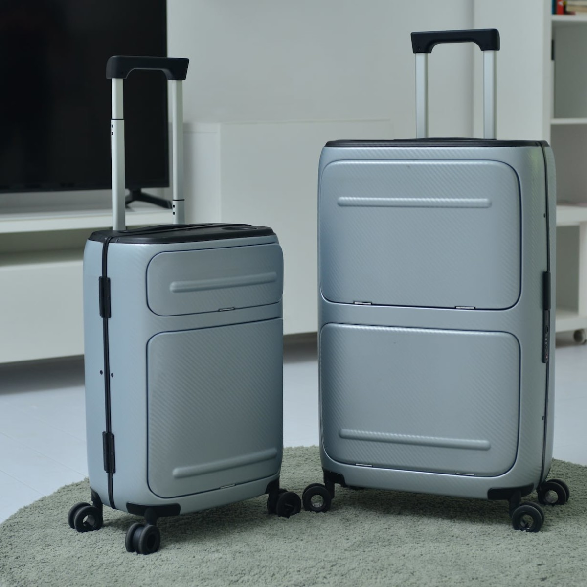 SkyTrek Vertically Opening Smart Luggage has an integrated global tracking system