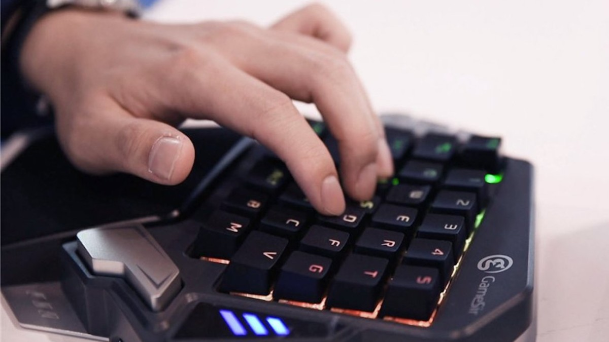 GameSir Z1 Professional Gaming Keyboard gives you full gaming abilities on your phone