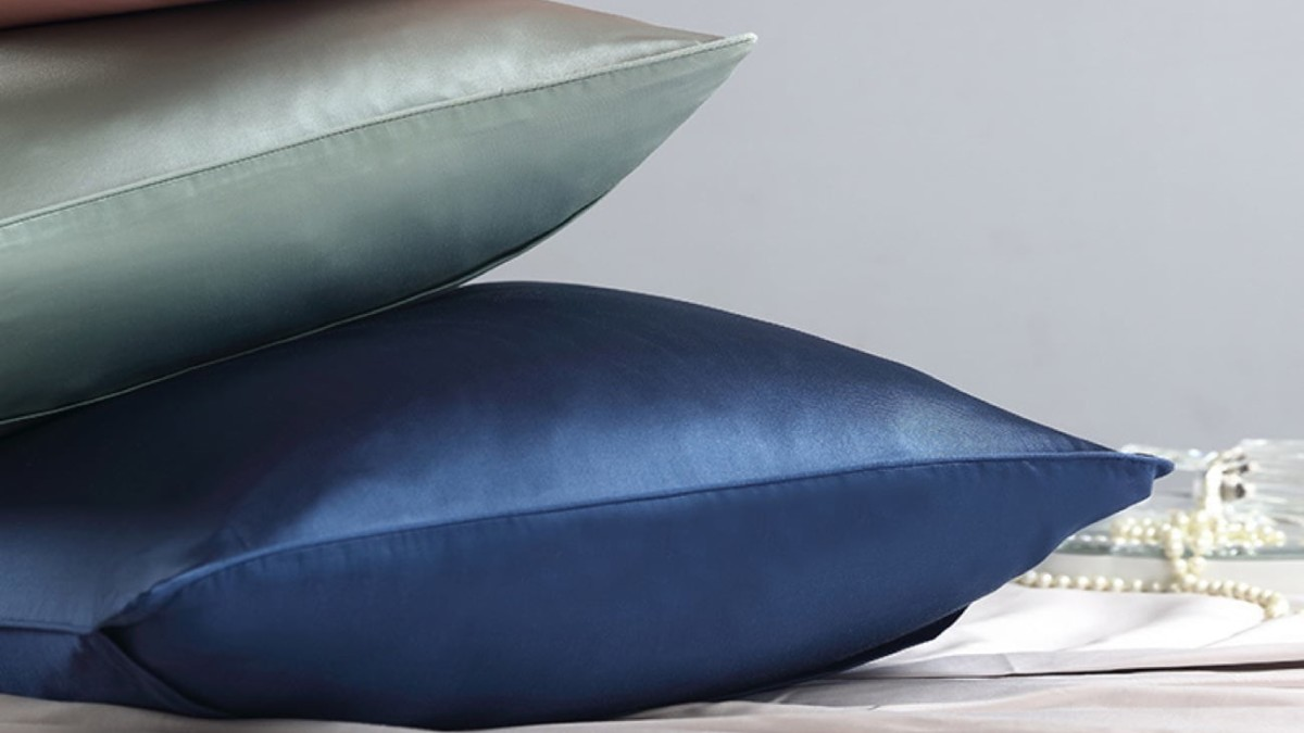 LIFEASE Mulberry Silk Hypoallergenic Pillowcase offers an elegant satin surface for you to sleep on