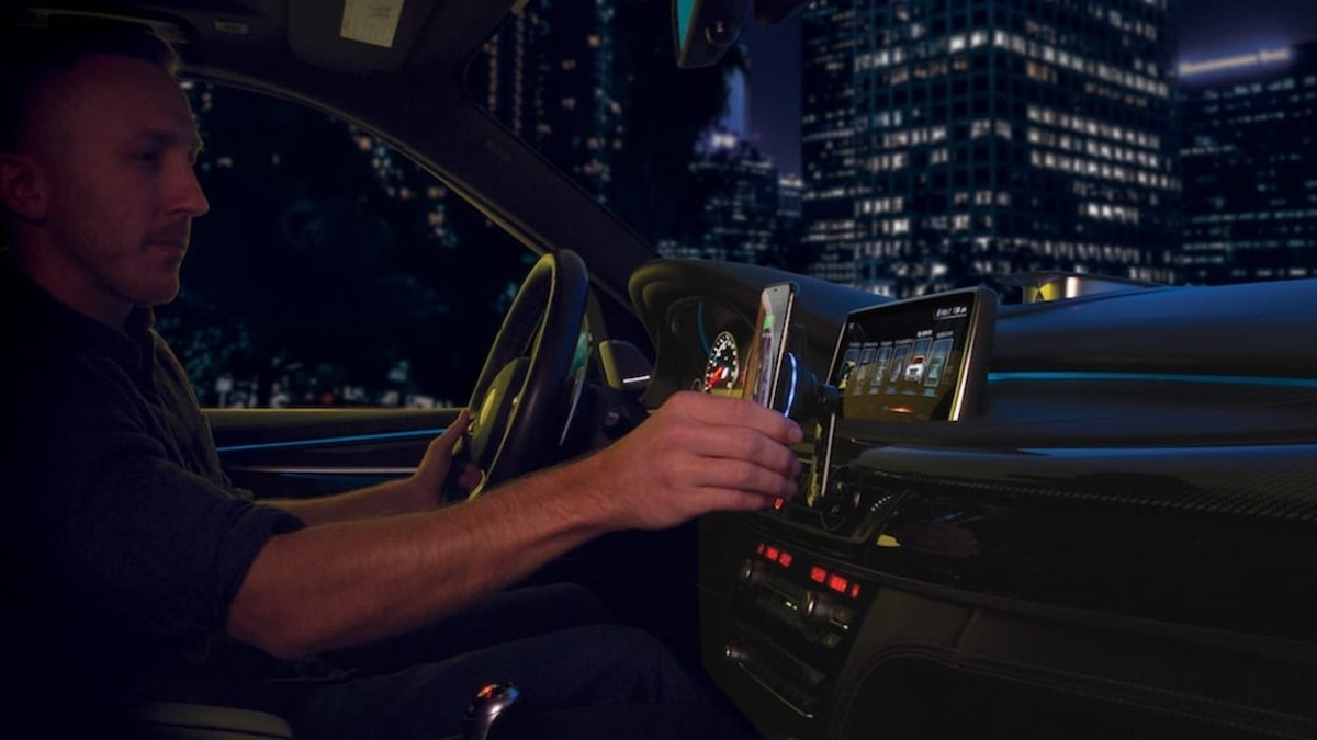 This fast-charging car mount helps you focus on the road