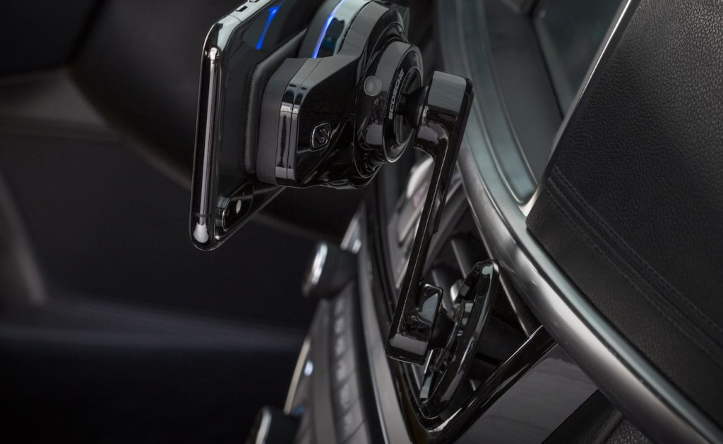 A picture of the backside of a fast-charging car mount attached to an air vent.
