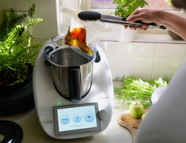 Smart food processor with ingredients put in