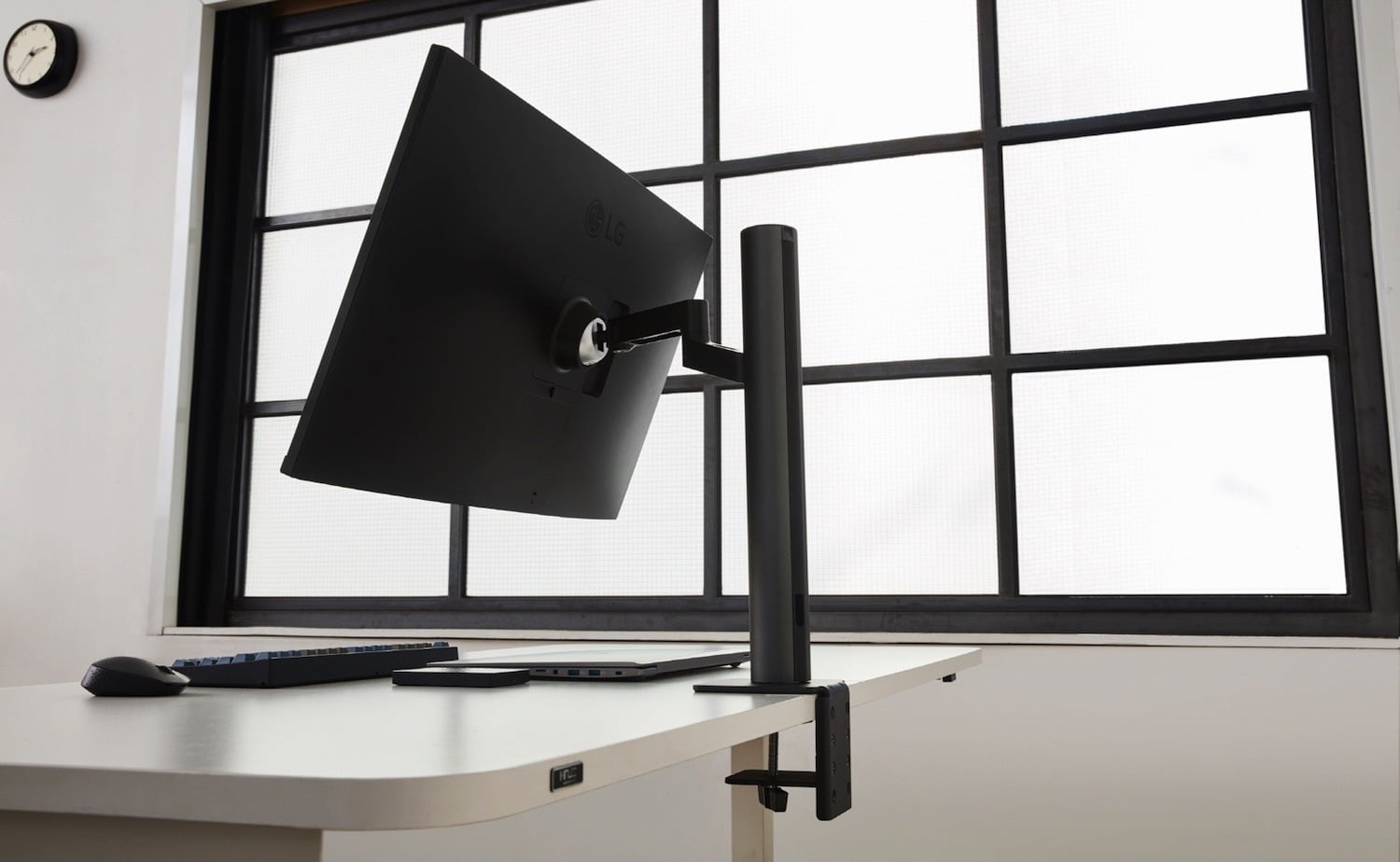 LG UltraFine Ergo Swiveling Display allows you to swivel and tilt the hinge