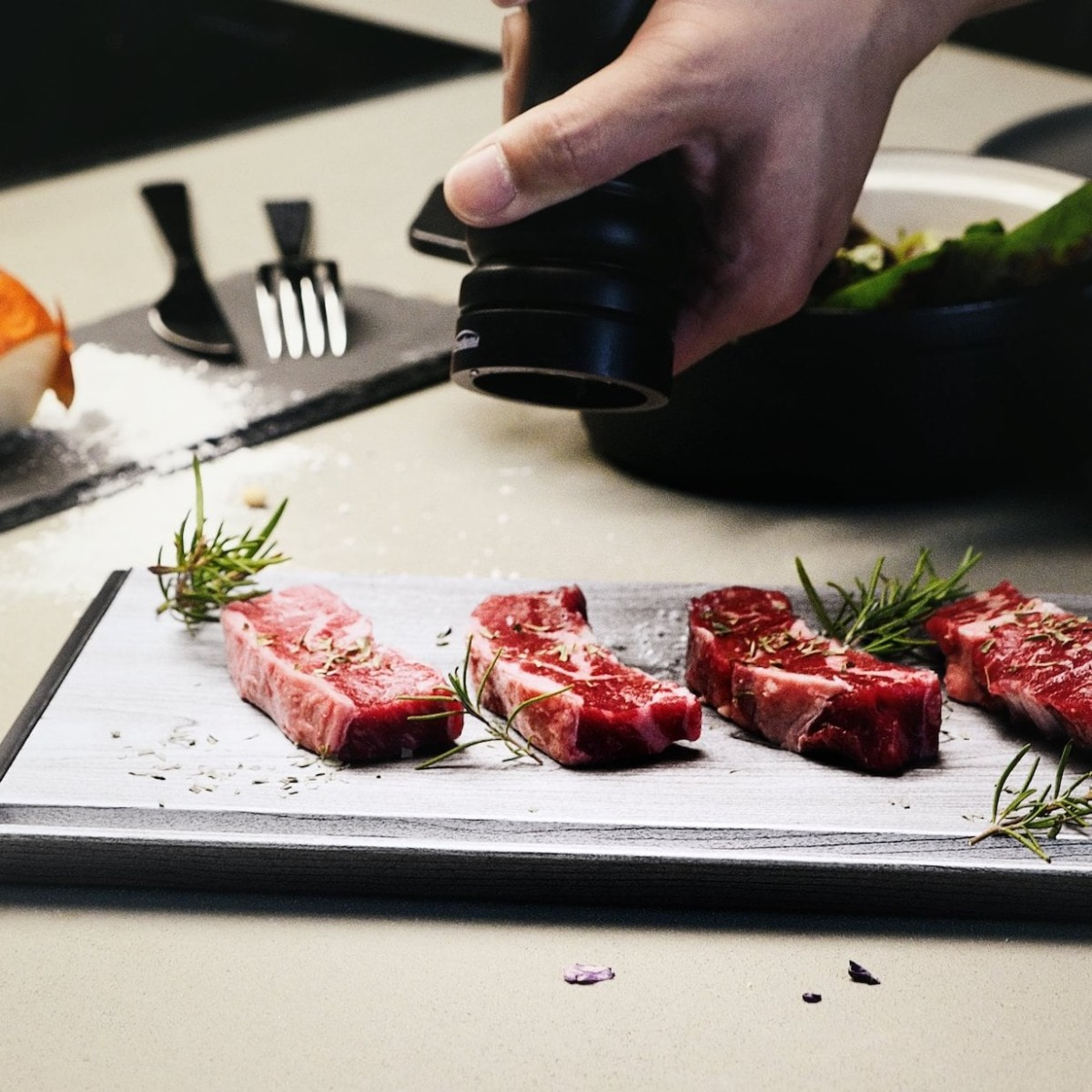 THAWTHAT! DELUXE Thawing Tray quickly defrosts meat while preserving flavors